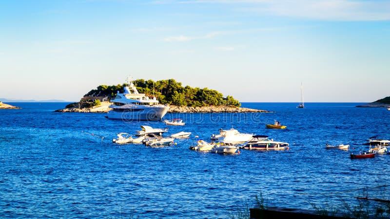 Många fartyg och yachter ankrade i sommaren nära ön av Hvar arkivfoto