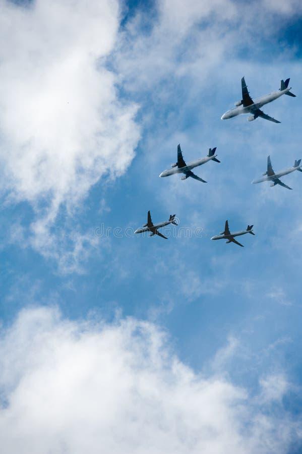 Många flygplan i himlen royaltyfri bild