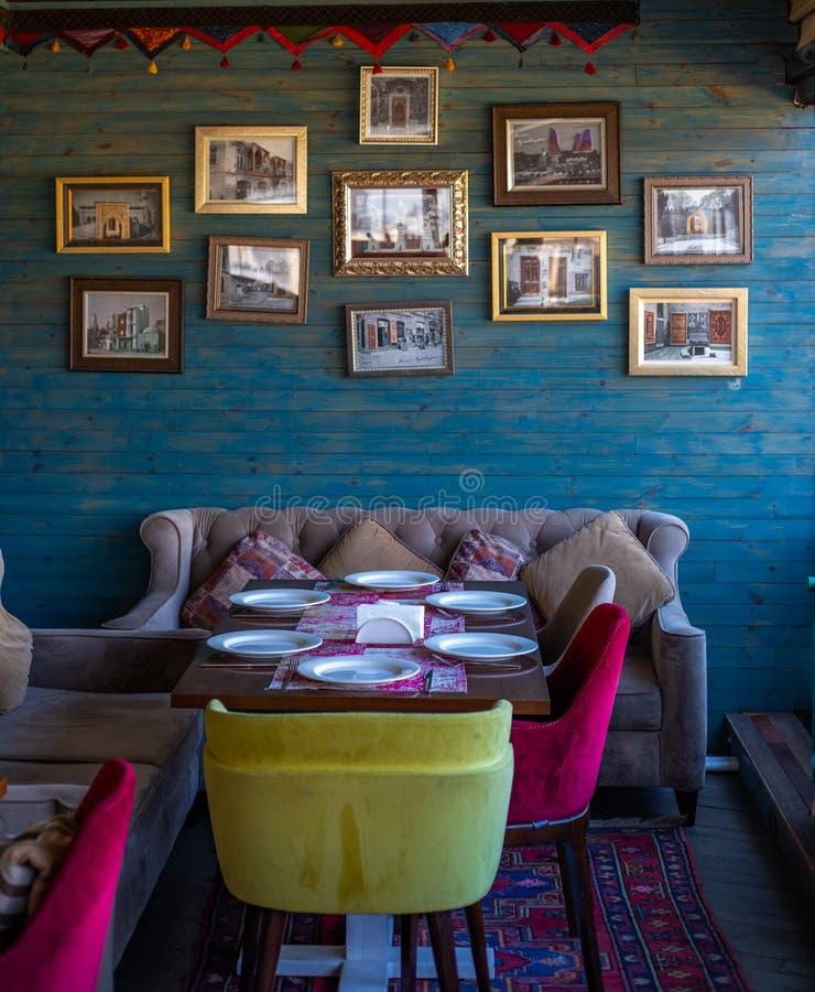 Många foto i det inre kafét baku Azerbajdzjan för ramvägg royaltyfri fotografi