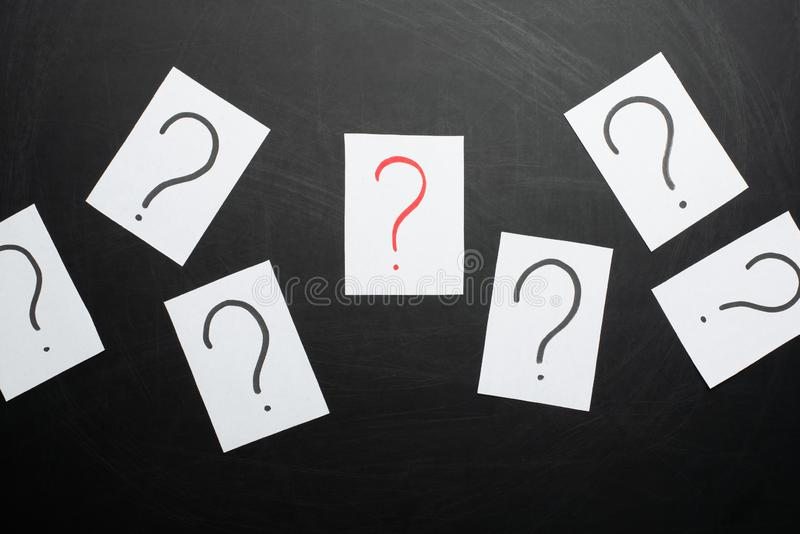 många frågor för Hög av färgrika pappersanmärkningar med frågefläckar closeup arkivbilder