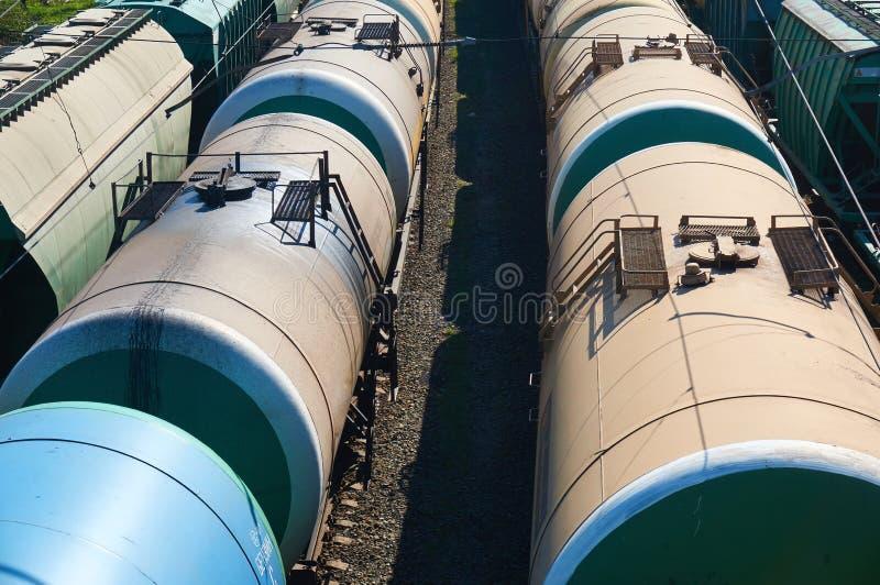 Många fraktoljabilar på stationen close upp arkivbild