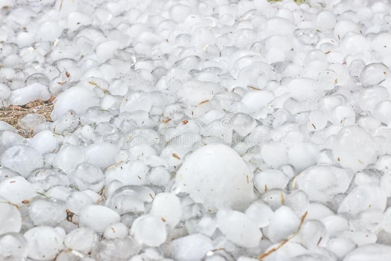Många frysa kalla hagelkorn som lämnas av storren, arkivbild