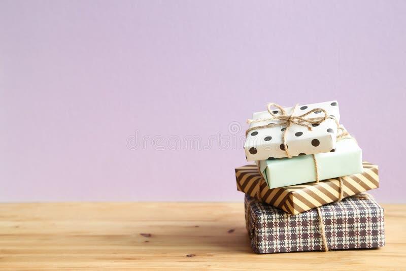 Många gåvaask på trätabellen Jul eller födelsedagbegrepp arkivfoton