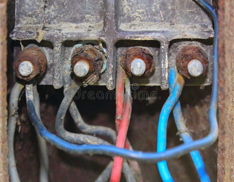 Många gamla färgrika trådar förbindelse till proppen arkivbild
