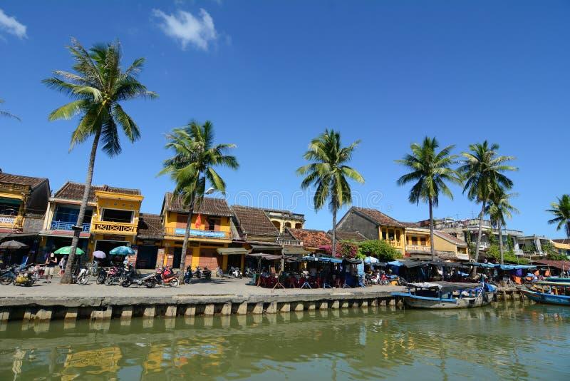 Många gamla hus på flodbanken i Hoi An, Vietnam royaltyfri foto