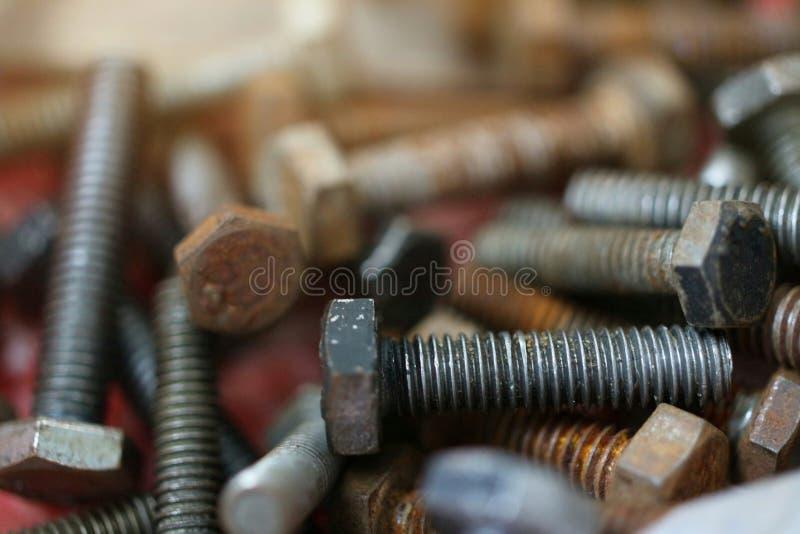 Många gamla rostade stålmutterkedjor, bakgrundsbilder för industriella applikationer arkivbild