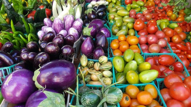 Många grönsaker i askar på den New York bonde`en s marknadsför arkivbild