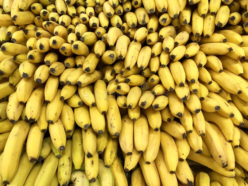 Många gula bananer för nya frukter i supermarket, matbegrepp arkivfoto