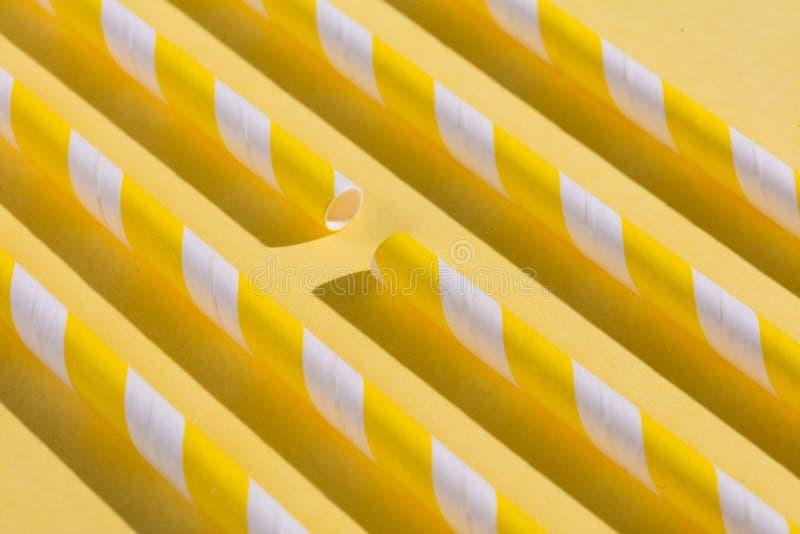 Många gula pinnar för att dricka fruktsaft arkivfoton
