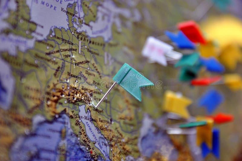 Många häftstiftflaggor som visar läge av destinationspunkt på översikt royaltyfri foto