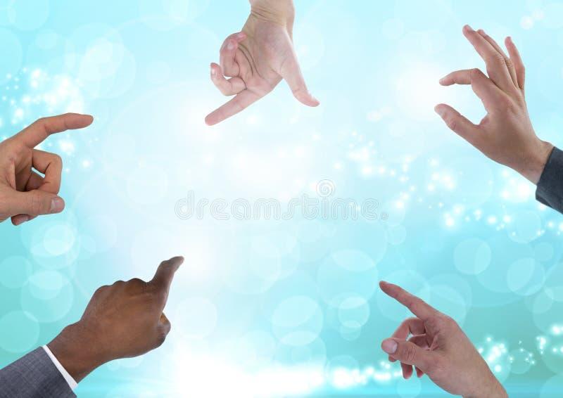 Många händer som trycker på mousserande abstrakta magiska ljus arkivfoton