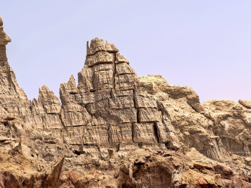 Många högt vaggar bildandelöneförhöjning i den Danakil fördjupningen ethiopia arkivbild