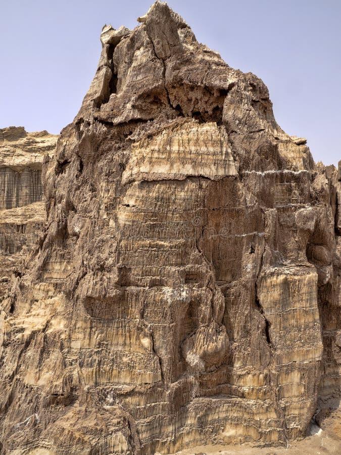 Många högt vaggar bildandelöneförhöjning i den Danakil fördjupningen ethiopia royaltyfri bild