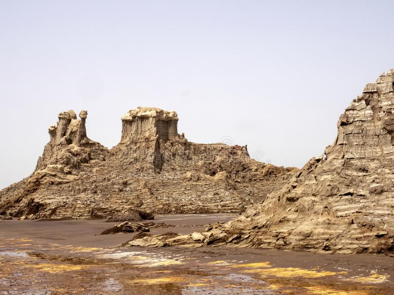Många högt vaggar bildandelöneförhöjning i den Danakil fördjupningen ethiopia arkivfoto