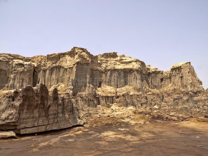 Många högt vaggar bildandelöneförhöjning i den Danakil fördjupningen ethiopia royaltyfria foton