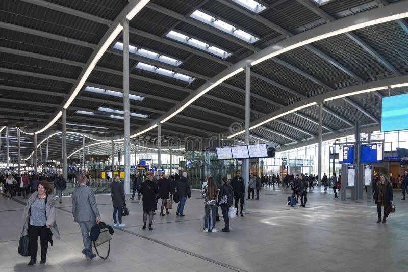 Många handelsresande inom hal av den nya järnvägsstationen utrecht arkivbilder