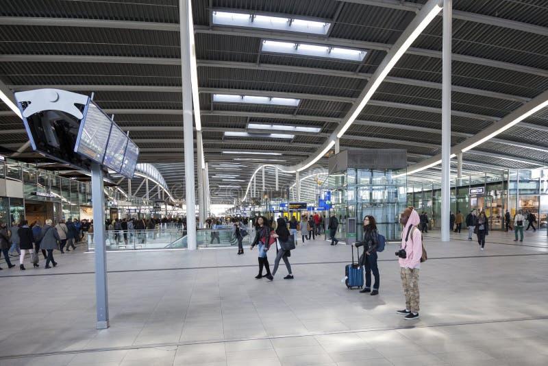 Många handelsresande inom hal av den nya järnvägsstationen utrecht royaltyfria foton
