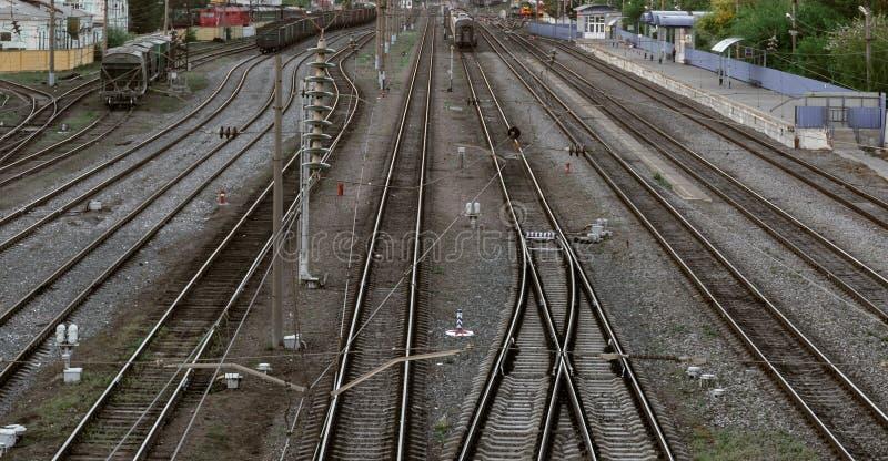 Många järnvägspår, flyg- sikt av plattformen för järnvägstation fotografering för bildbyråer