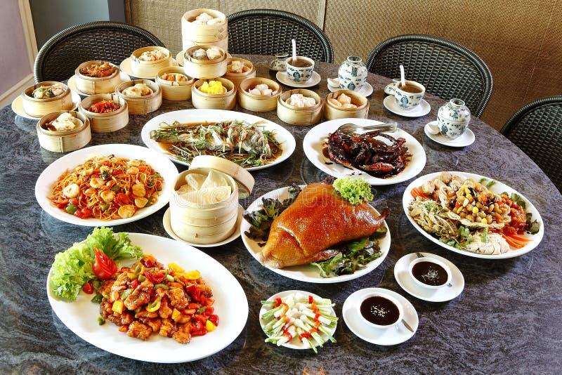 Många kinesisk mat på tabellen royaltyfri foto