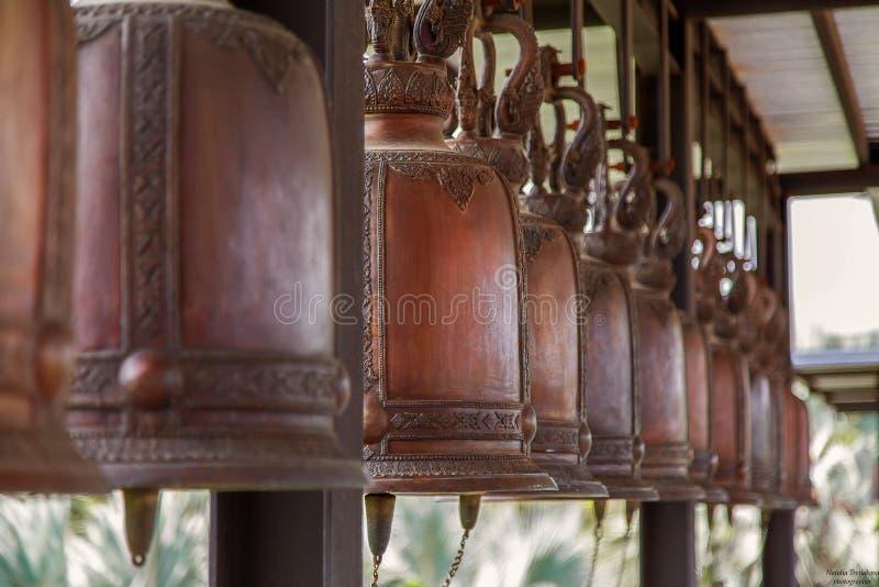 Många klockor hänger i templet av Thailand fotografering för bildbyråer