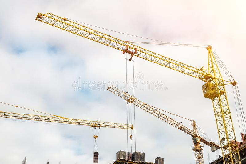 Många kranar och byggnader mot blå himmel Konstruktionsplats av hightowerstrukturen Industriell bakgrund för abstrakt konstruktio royaltyfri bild