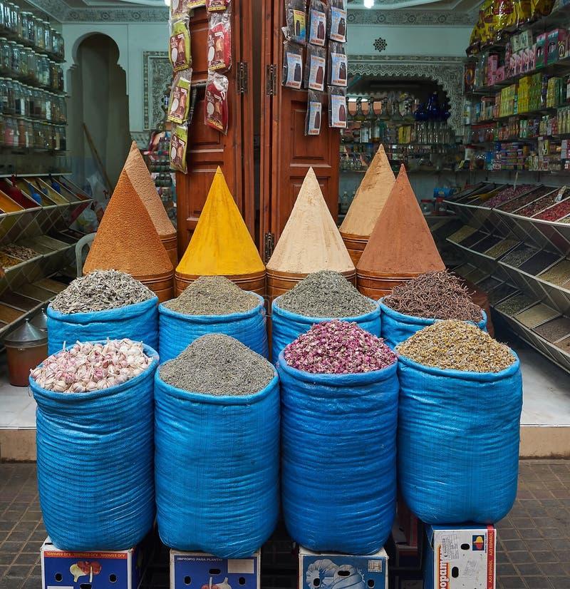 Många kryddor i Marocko på marknad arkivbilder
