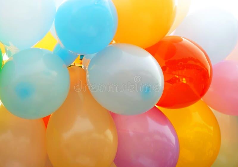 Många kulöra ballonger som bildar en ljus bakgrund royaltyfri fotografi