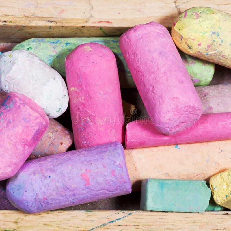 Många kulöra chalks i trä boxas royaltyfri foto