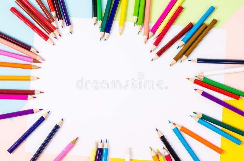 Många kulöra träblyertspennor på papper royaltyfri fotografi