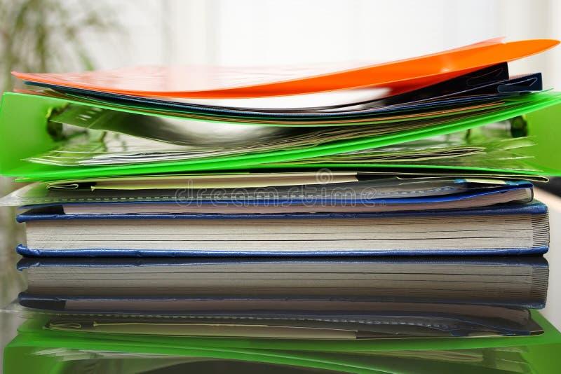 Många limbindningar och mappar, begrepp för kontorsarbete royaltyfria foton