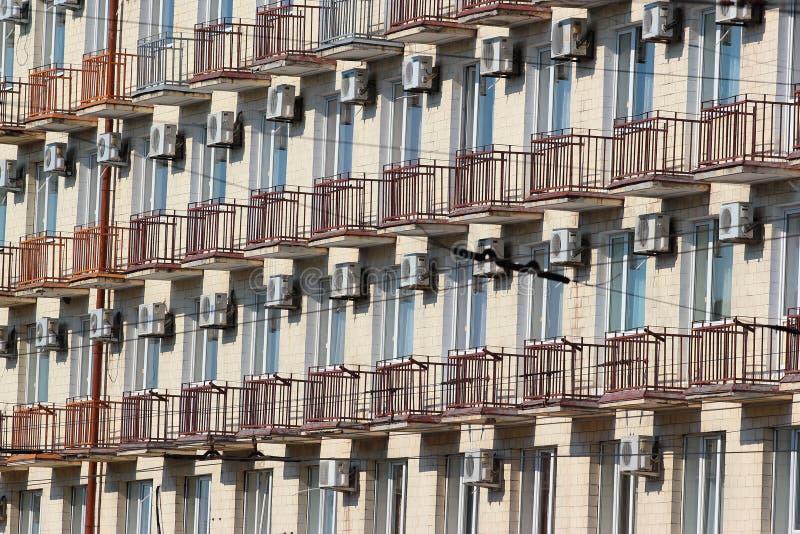 Många luftkonditioneringsapparater på fasad av en byggnad i Poltava, Ukrain royaltyfria bilder