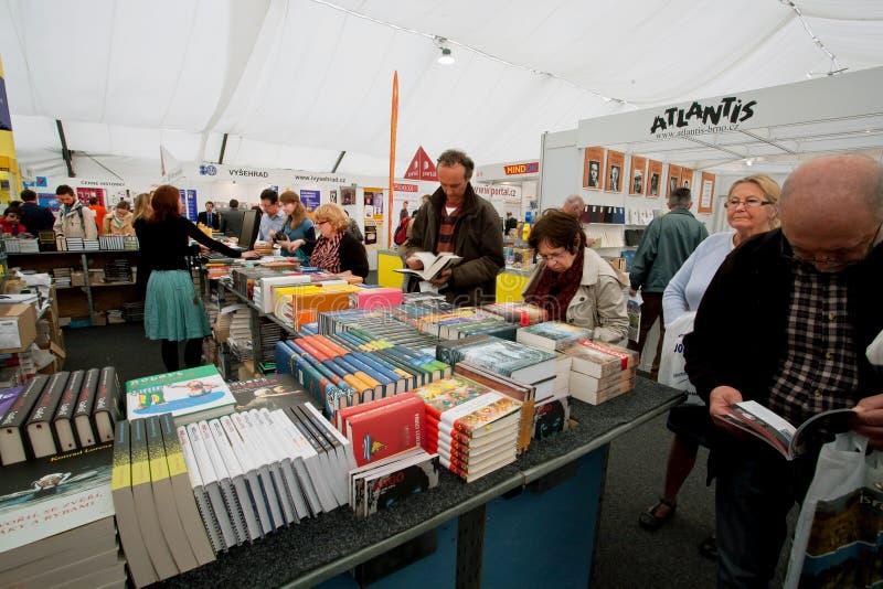 Många män och kvinnor väljer böcker på bokmarknaden royaltyfri foto