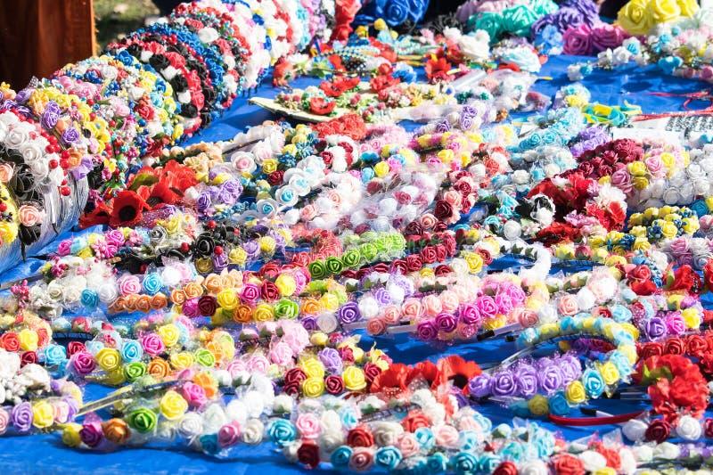 Många mång--färgade blom- handgjorda huvudbindlar, sadelhår, hairp arkivbild