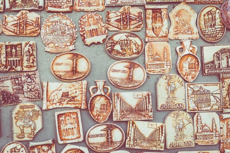 Många magneter på kylskåpet från Jordanien royaltyfri bild