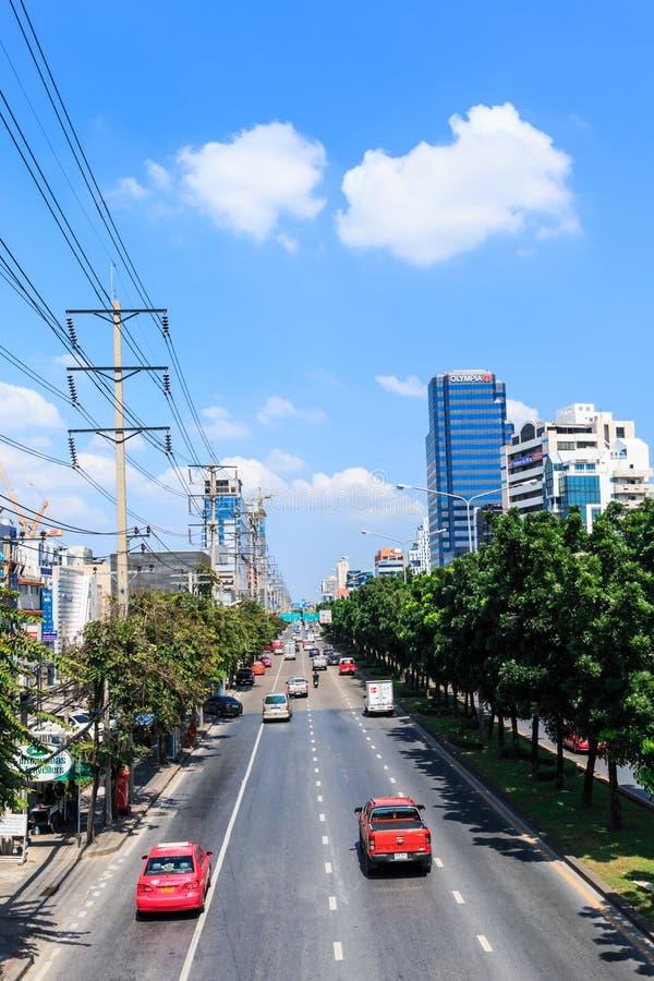 Många medel fortskrider Thanon Ratchadaphisek nära den promenadRatchadapisek shoppinggallerian royaltyfri foto
