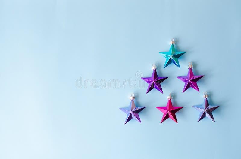 Många metalliska stjärnor i formen av en julgran arkivfoton
