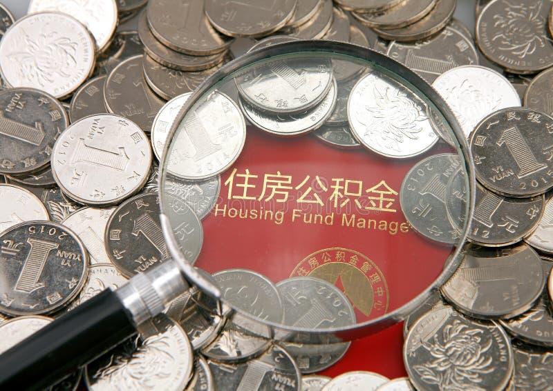 Många mynt och förstoringsapparat på bakgrunden av husackumulation betalar bankboken royaltyfri fotografi