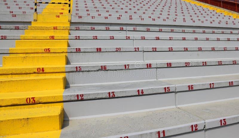 Många nummer på stadionblekarna arkivbilder