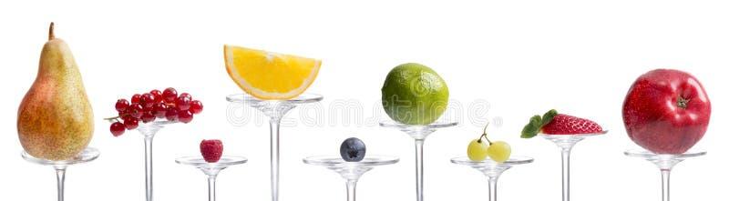 Många ny frukt som framläggas på den glass stammen royaltyfri foto