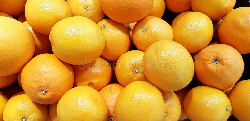 Många ny organisk apelsin som är till salu på supermarket arkivbild