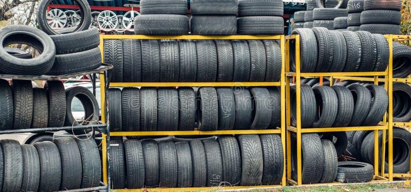 Många nya och använda gummihjul royaltyfria foton