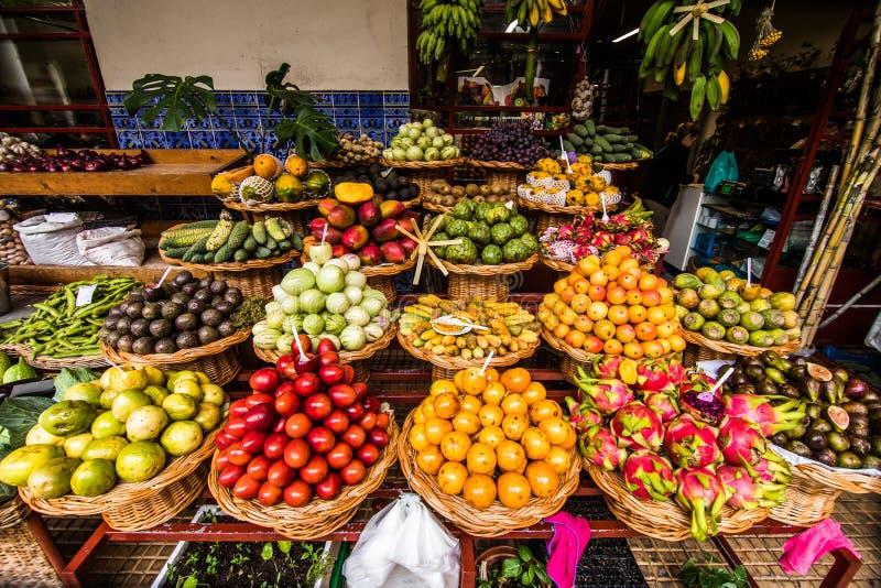 Många nya och mogna exotiska frukter på traditionell bonde marknadsför Mercado DOS Lavradores, Funchal, madeiraön, Portugal royaltyfria bilder