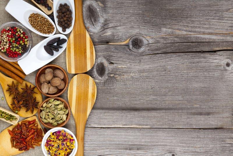 Många olika doftande kryddor fotografering för bildbyråer