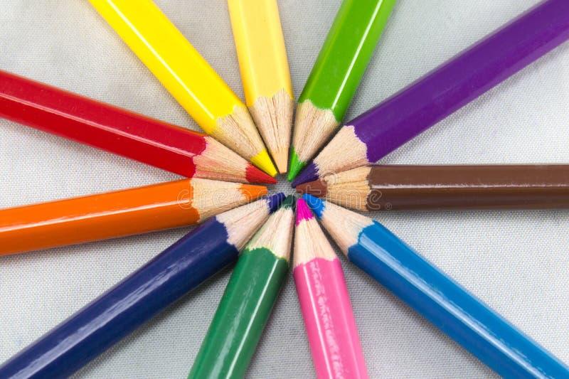 Många olika kulöra blyertspennor på vit bakgrund royaltyfri fotografi