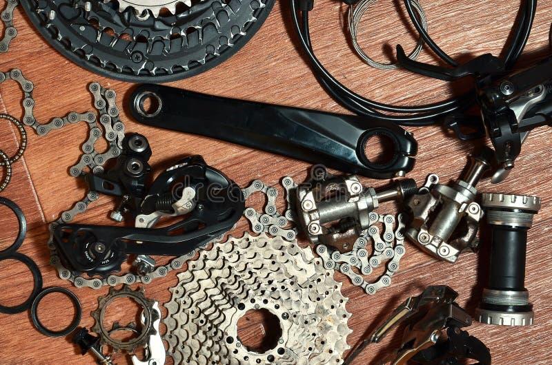 Många olika metalldelar och delar av det rinnande kugghjulet av arkivfoton