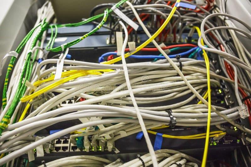Många optiska kablar för fiber i server hyr rum tätt upp, modern internetteknologi royaltyfri bild