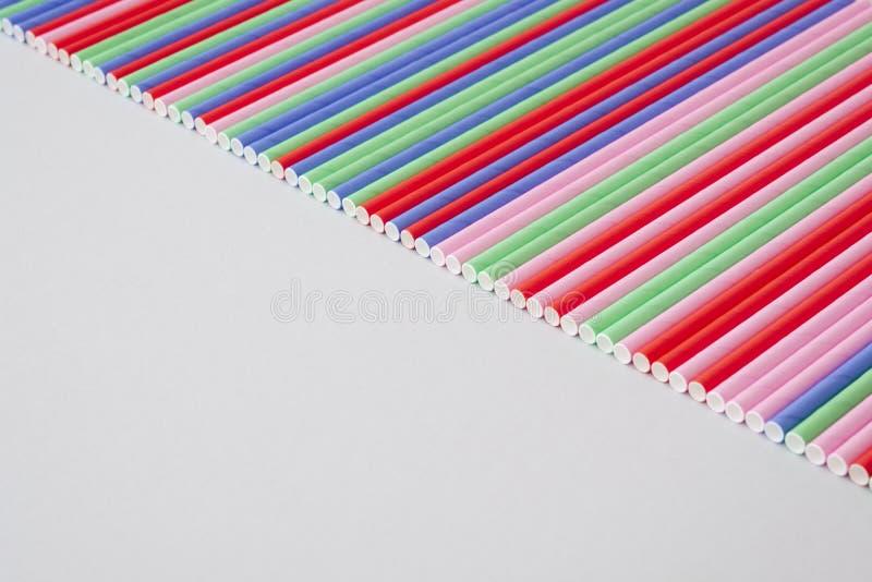 Många pappers- sugrör färgglat färgslut upp royaltyfri foto