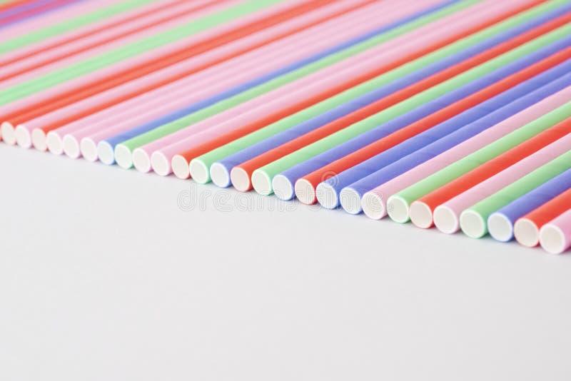 Många pappers- sugrör färgglat färgslut upp royaltyfri bild