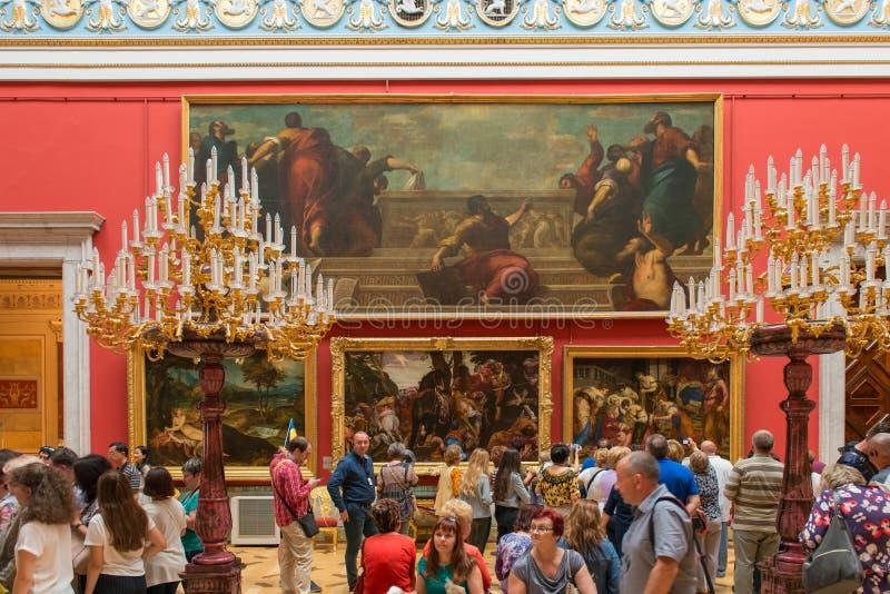 Många personer besöker det statliga eremitboningmuseet royaltyfri foto