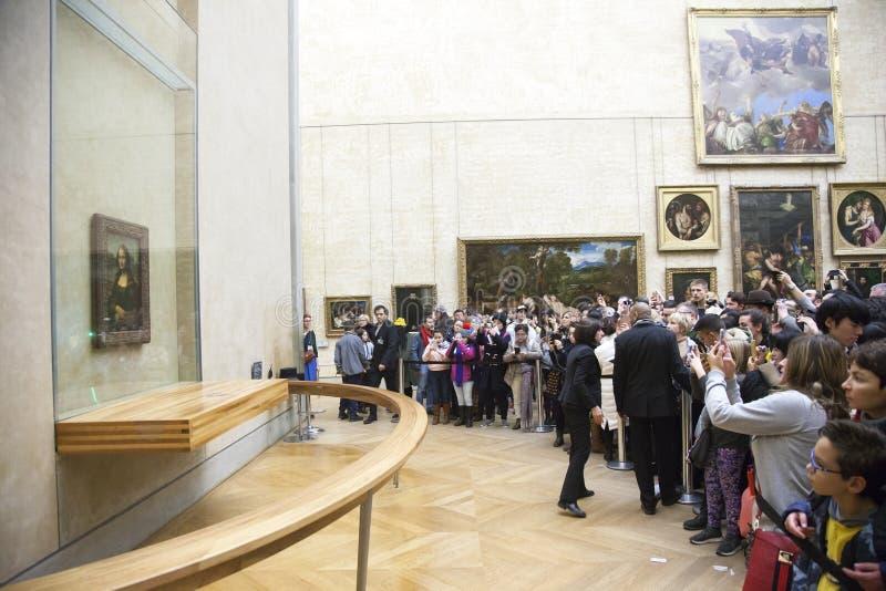 Många personer framme av mona lisa i luftventilmuseum royaltyfri fotografi